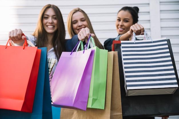 Mujeres satisfechas después de ir de compras