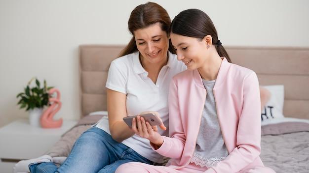Mujeres sentadas en el interior y usando la computadora portátil