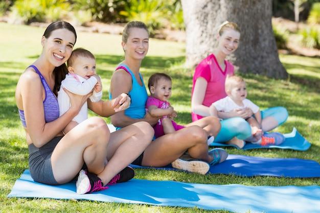 Mujeres sentadas con sus bebes