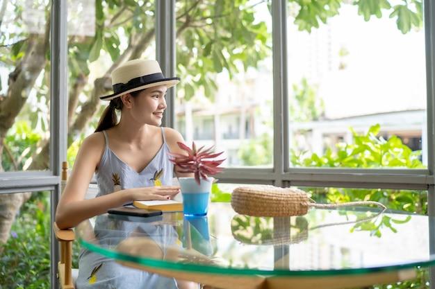Mujeres sentadas tomando café en la cafetería