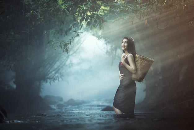 Mujeres sexy asiáticas en el arroyo en tailandia