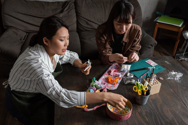 Mujeres siendo creativas de tiro medio