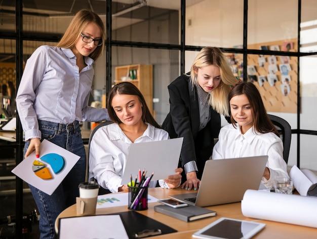 Mujeres simuladas trabajando juntas