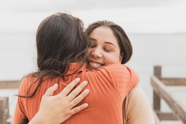 Mujeres sonrientes abrazando