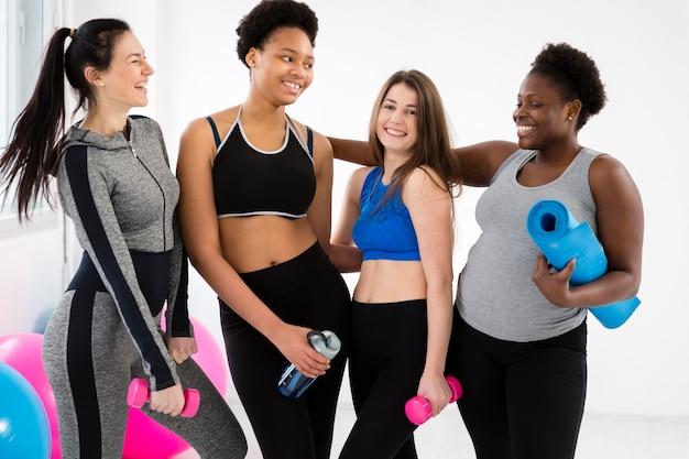 Las mujeres sonrientes acaban de hacer ejercicio
