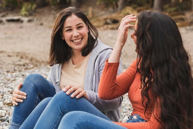 Mujeres sonrientes de alto ángulo
