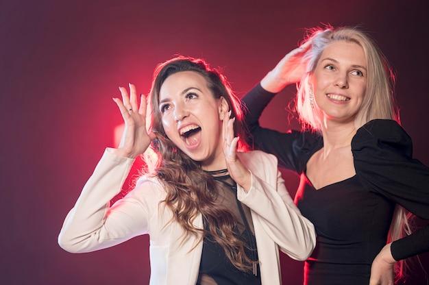 Mujeres sonrientes bailando