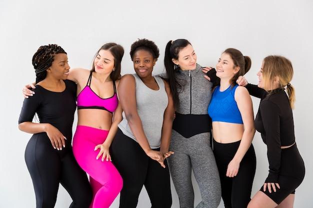 Mujeres sonrientes en el descanso de la clase de fitness