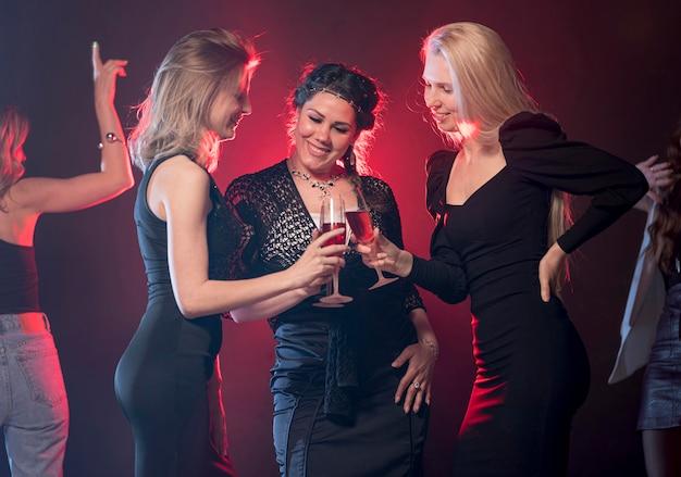 Mujeres sonrientes en fiesta
