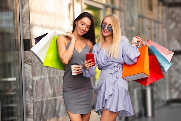 Mujeres sonrientes tomando selfie al aire libre