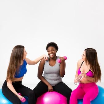 Mujeres sonrientes trabajando juntos