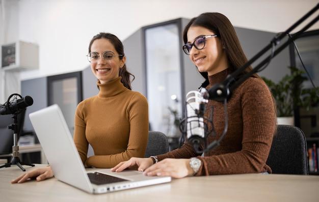 Mujeres sonrientes transmitiendo en radio