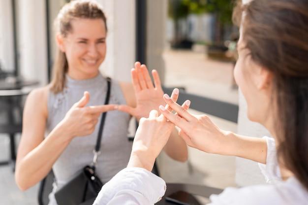 Mujeres sordas que se comunican a través del lenguaje de señas