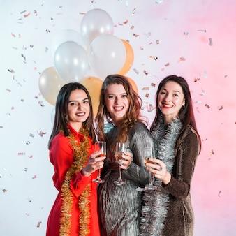 Mujeres sosteniendo copas de champán