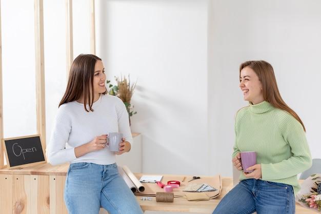 Mujeres en su florería hablando entre ellas