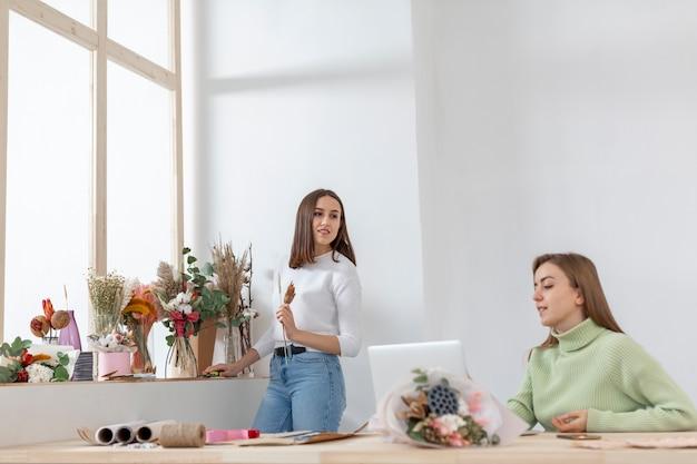 Mujeres en su floristería posibilidad remota
