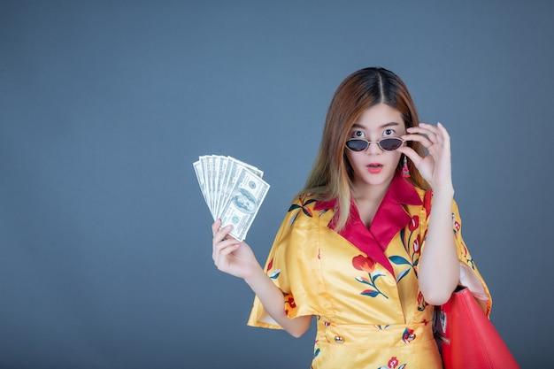 Mujeres con tarjetas inteligentes y dinero.