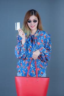 Mujeres con teléfonos y tarjetas inteligentes.