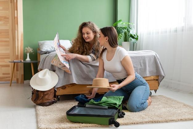 Mujeres de tiro completo empacando juntas