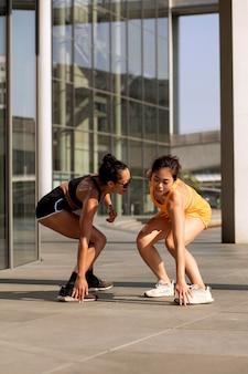 Mujeres de tiro completo haciendo deporte