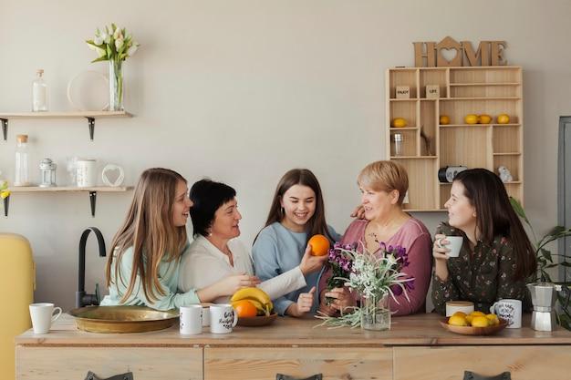Mujeres de todas las edades comiendo fruta.