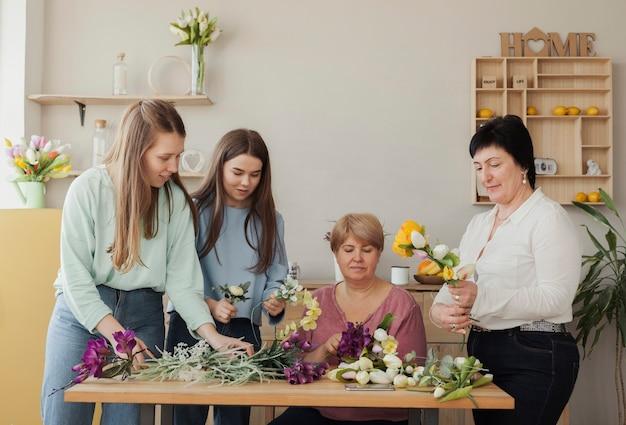 Mujeres de todas las edades y flores de primavera.