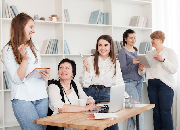Mujeres de todas las edades hablando entre ellas.