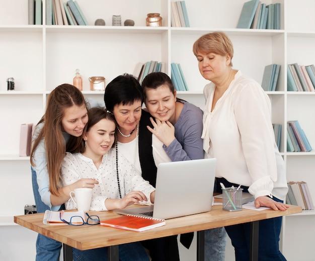 Mujeres de todas las edades mirando una computadora portátil