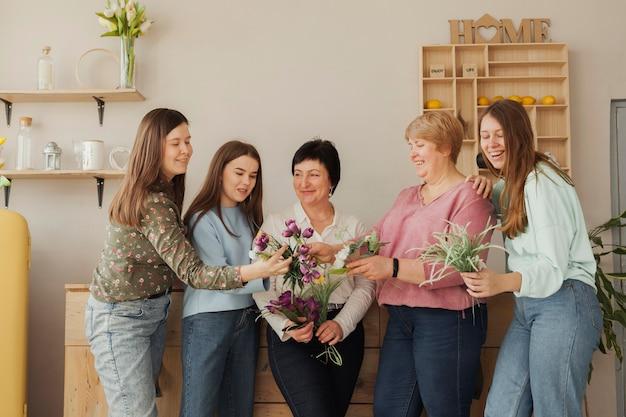 Mujeres de todas las edades mirando flores