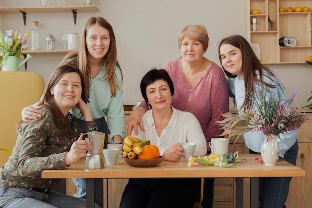 Mujeres de todas las edades que pasan tiempo juntas