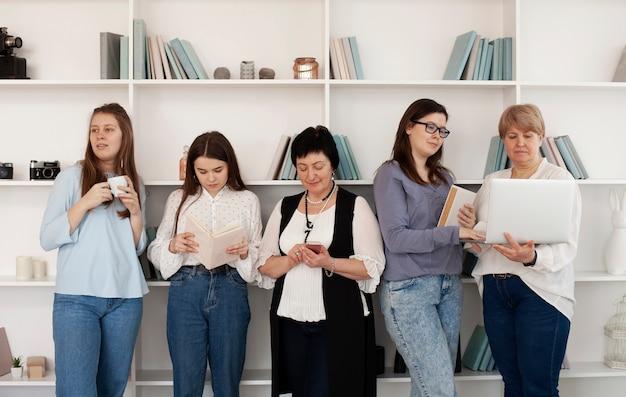 Mujeres de todas las edades que realizan actividades en el interior.