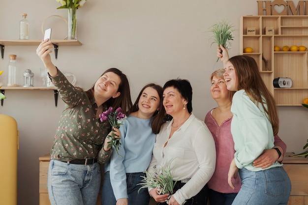 Mujeres de todas las edades que se toman una foto