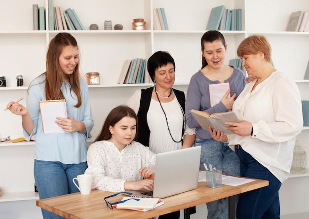 Mujeres de todas las edades que usan la computadora portátil