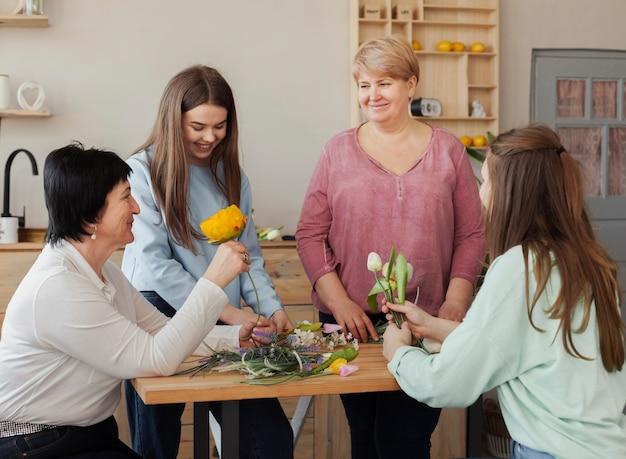 Mujeres de todas las edades sentadas alrededor de la mesa.