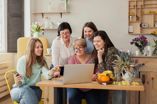 Mujeres de todas las edades sentadas en un escritorio de oficina.