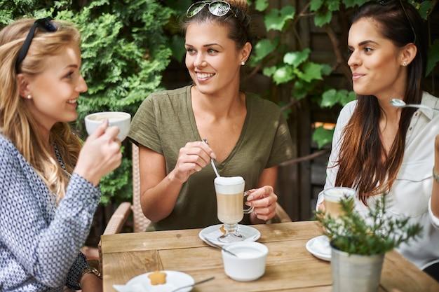 Mujeres tomando un café con amigos