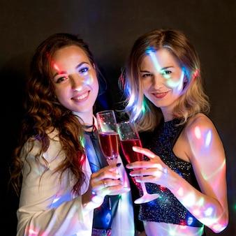Mujeres tomando una copa en la fiesta