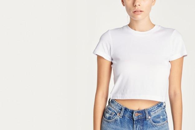 Mujeres en un top corto blanco sexy con espacio de diseño