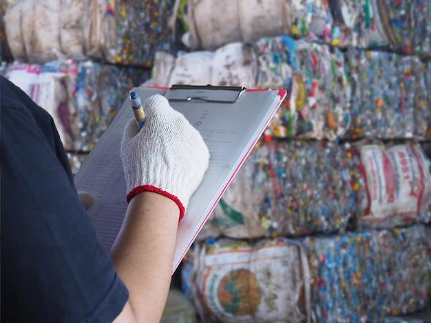Las mujeres trabajan en el reciclaje de la planta de basura.