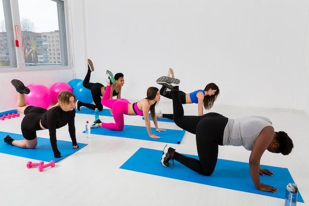 Mujeres trabajando duro en la clase de gimnasia