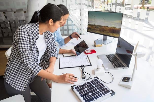 Mujeres trabajando duro por una innovación