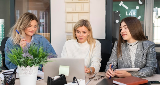 Mujeres trabajando juntas para un nuevo proyecto