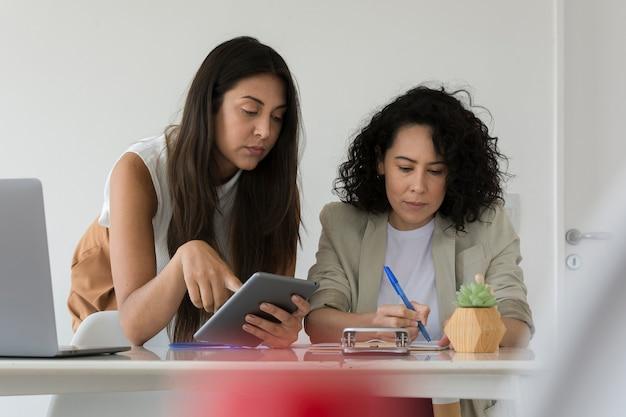 Mujeres trabajando juntas para resolver un problema del proyecto