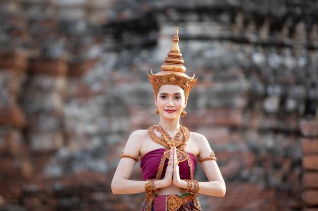 Mujeres en traje tradicional de tailandia