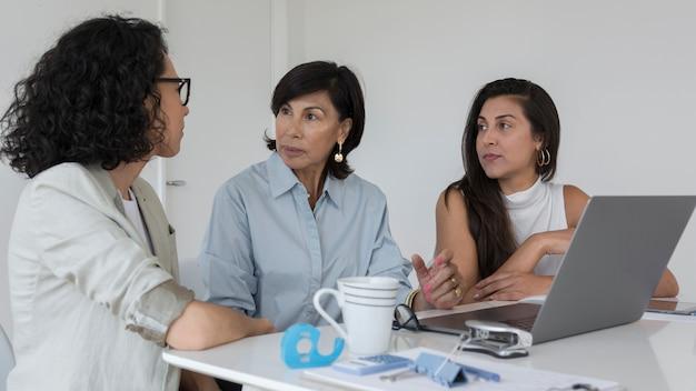 Mujeres tratando de encontrar soluciones en el trabajo.