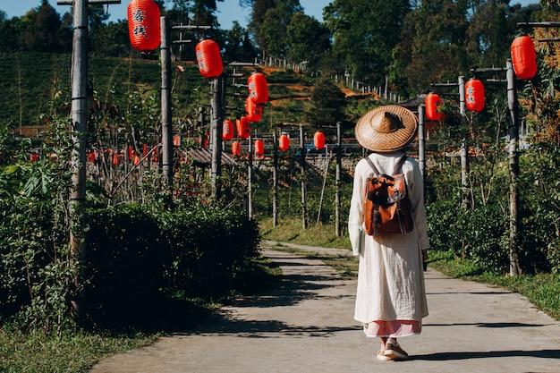 Mujeres turistas abren sus brazos y sostienen sus alas.