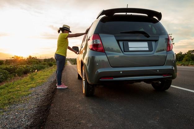 Mujeres turistas con ella viaja en el camino mientras viaja