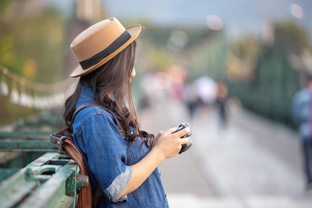 Mujeres turistas que están tomando fotos del ambiente.