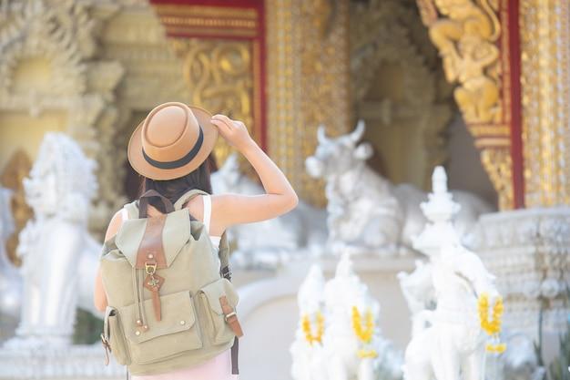 Mujeres turistas viajan en templos.