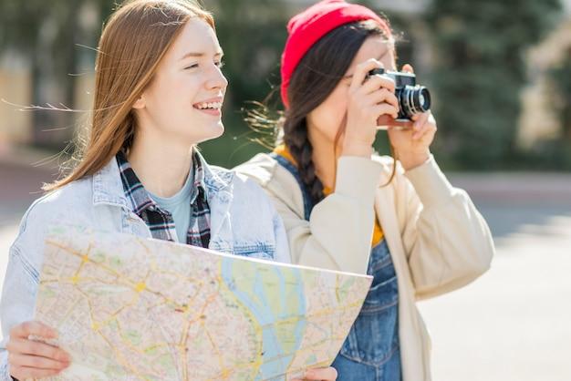 Mujeres turísticas tomando fotos